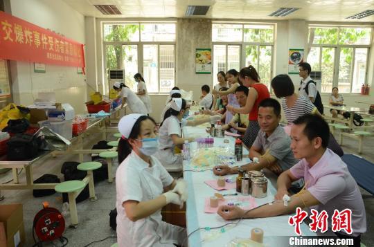 广州市民踊跃为公交爆炸案伤者献血 郭军 摄