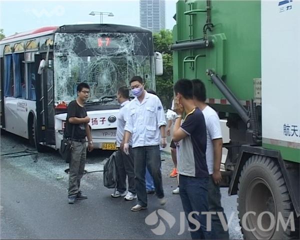 公交追尾洒水车 一车乘客受轻伤