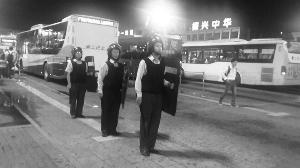 昨晚,广州火车站公交站场员工穿配防暴装备在值勤。