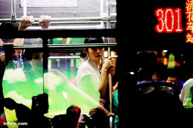 2014 年7 月16 日晚,事发第二天,301 线路公交已正常运营,拥挤依旧。 (南方周末记者王轶庶/图)