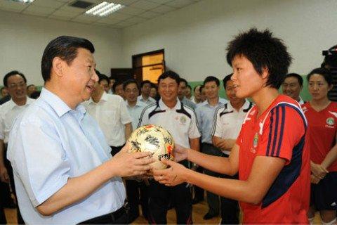 2008年7月,习近平考察北京奥运会秦皇岛赛区,接受了中国女足队员赠送的签名足球和球衣。