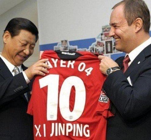 2009年10月,在德国访问的习近平参观了拜耳集团公司,并接受了拜耳公司赠送的一件勒沃库森队10号球衣和一个2006年世界杯专用足球。