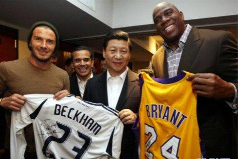 2012年2月17日,习近平访美期间,在洛杉矶观看NBA比赛,湖人球星约翰逊向其赠送了科比签名球衣和湖人1号纪念球衣。足球明星贝克汉姆向习近平赠送了自己签名的洛杉矶银河队球衣。