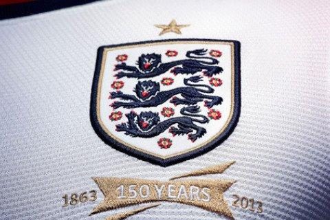 2013年12月,英国首相卡梅伦访华,向习近平赠送了所有球员签名的英格兰男足球衣。(公开报道中没有这件球衣的图片)