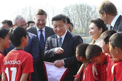 2014年3月29日,习近平在柏林看望了来自陕西志丹县的少年足球运动员