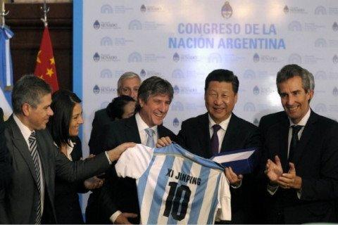 2014年7月19日,阿根廷副总统兼参议长布杜向来访的习近平赠送了阿根廷男足10球衣。