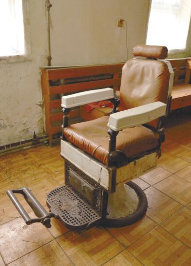 闲置的百年理发椅