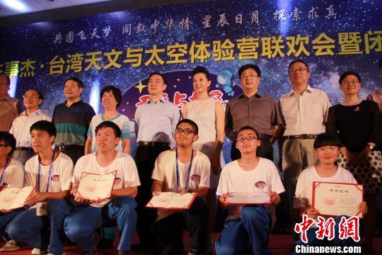 7月19日晚,宋祖英与台湾学生同台互动,合唱歌曲《爱我中华》。 任婧 摄