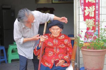 7月19日,付素清老人在117岁生日时,特地穿上了红色的新衣裳。
