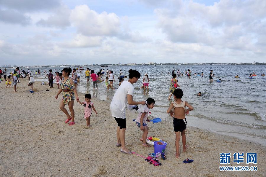 """当日,受台风""""威马逊""""影响关闭的广东省湛江市海滨浴场重新开放,众多"""