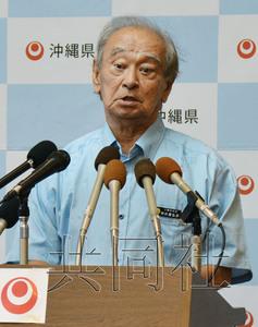 """日本自民党总部领导层正在为11月的冲绳县知事选举候选人问题犯难,原因是该党冲绳县支部联合会""""抢先""""决定了支持现任知事仲井真弘多的方针。图为7月18日在县政府召开记者会的仲井真。"""