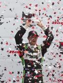 图文:印地赛车系列赛多伦多首站 高举奖杯庆祝