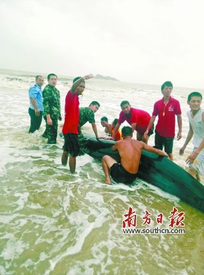 救援人员将鲸鱼送回大海