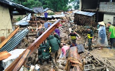 7月21日,边防官兵和群众在云南德宏泥石流灾害现场开展救援工作。新华社发