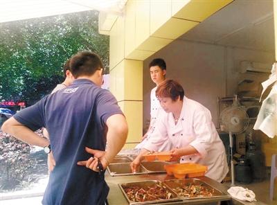 江鸿酒店的快餐每天都很火。