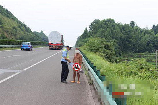 """男子在高速上""""裸奔"""",被湖南醴潭高速交警劝离,及时消除了安全隐患"""