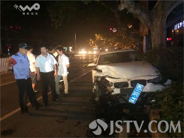 宝马女涉嫌酒驾撞车后弃车而逃 组图图片