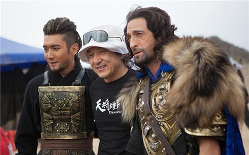 天降雄狮里哪个是崔始源_成龙,阿德里安-布劳迪,崔始源在《天将雄师》拍摄现场(点击观看高清