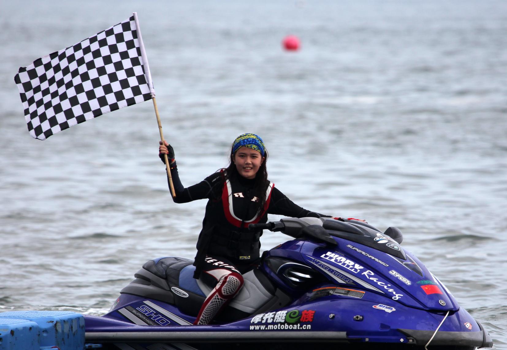 美女谢佩姗征服摩托艇 引领水上最时尚前沿(图)