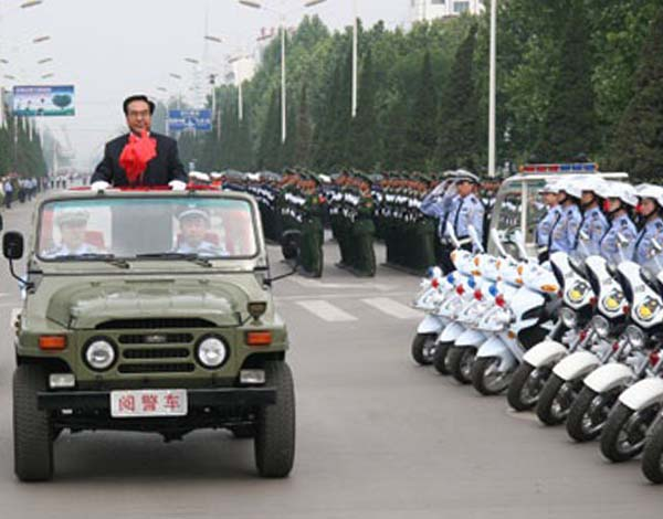 杜善学2008年胸带大红花检阅公安部队