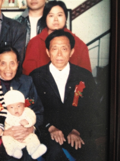 陈作雄的家庭合影。