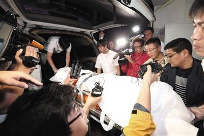7月22日,警员正在搬运疑为俞炳彦的遗体。