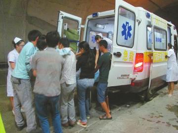 在高速路政交警劝泊车辆及家人的保卫下,杨艳和宝宝获得了实时送医。