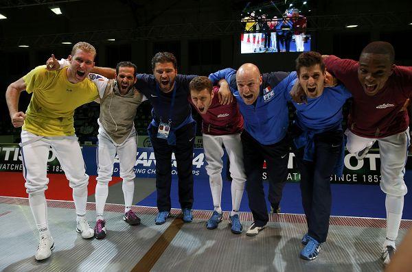 图文:2014击剑世锦赛 法国队庆祝胜利