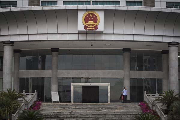 2014年6月24日,湖北省来凤县,县政府大楼被质疑多年未挂牌。澎湃新闻 寇聪 图