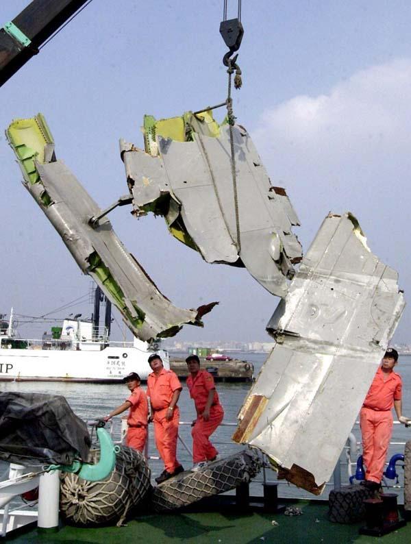 2002年5月25日,一架台湾中华航空公司的波音747客机在空中分解,造成机上225人丧生。图为5月27日,打捞上来的飞机残骸。 CFP 资料