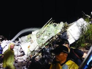 救援现场,消防人员不停地向飞机残骸上浇水