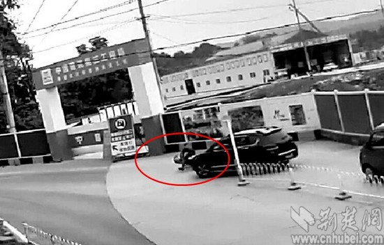 图为:视频监控显示李某碰瓷的过程