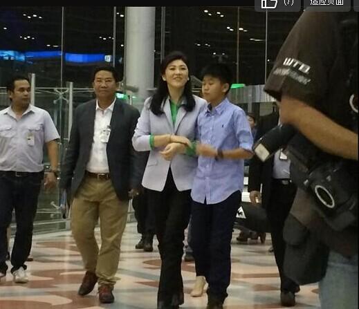 英拉和儿子出现在机场