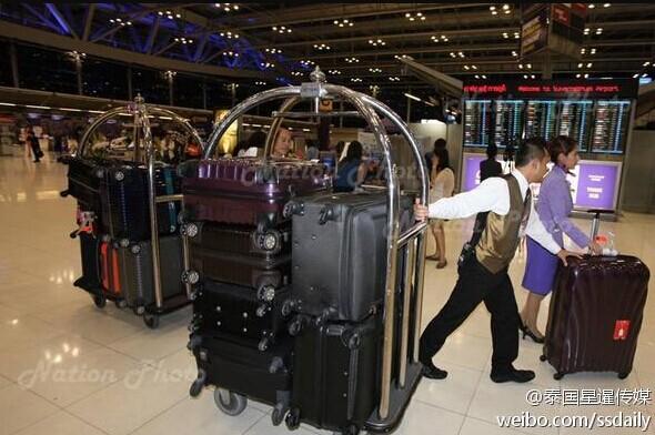 英拉此次出国携带了15件行李