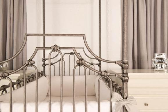 乔治王子一岁了 不如换张纯金的婴儿床