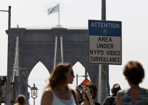 日前,纽约布鲁克林大桥桥头的美国国旗,不知被什么人替换成了白旗。