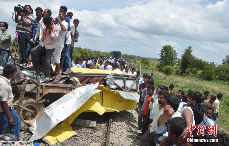 印度发生火车与校车相撞事故 至少11名儿童死亡(组图)