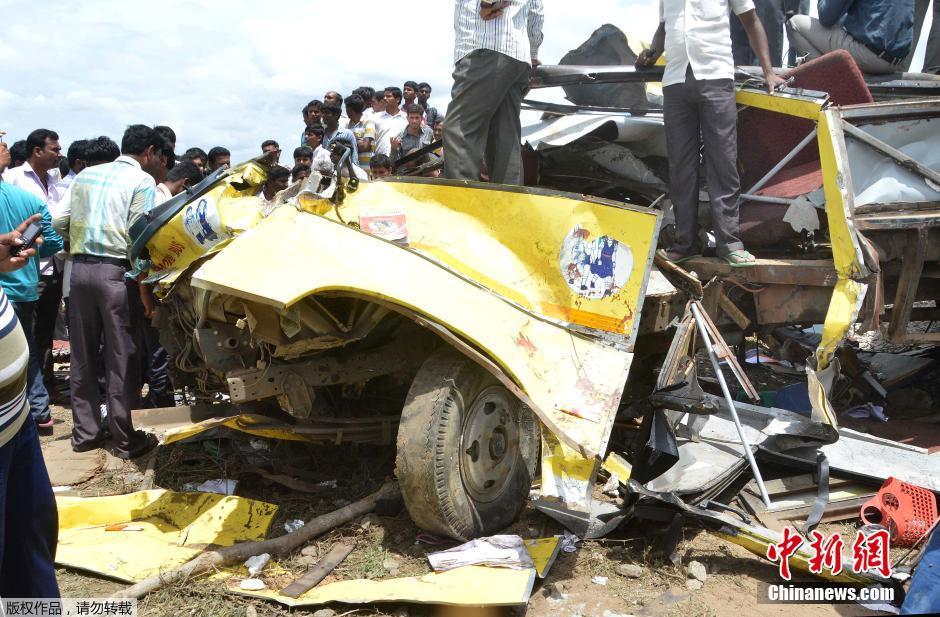 印度发生火车与校车相撞事故(高清组图)