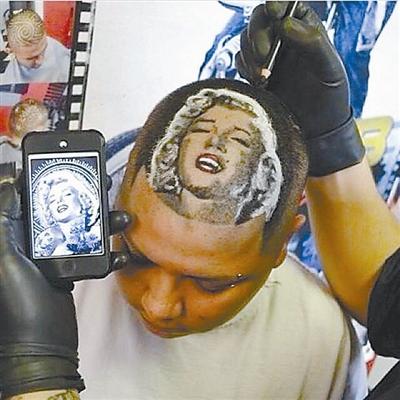 美国得克萨斯州理发师罗伯·法瑞尔因为在顾客头上创作名人头像而走红