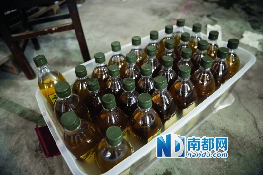 包装好的橄榄油浸泡在洗洁精液体中。