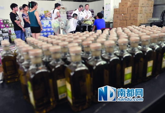 客栈内正犯科加工入口橄榄油,广州市食药监局法律职员上门查处。