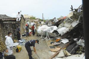 搜救人员在失事现场作业。 新华社发