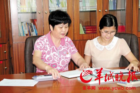 阳江市纪委常委黄丽丽(左)在认真查账