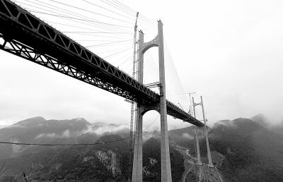 7月24日拍摄的忠建河特大桥。当日,湖北恩来(湖北恩施至来凤)高速公路忠建河特大桥进入合龙调试阶段,合龙施工全面展开<b