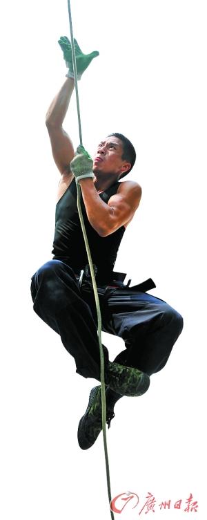 综合体能训练中的徒手攀爬绳索训练。