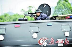 特警在进行狙击枪射击训练。