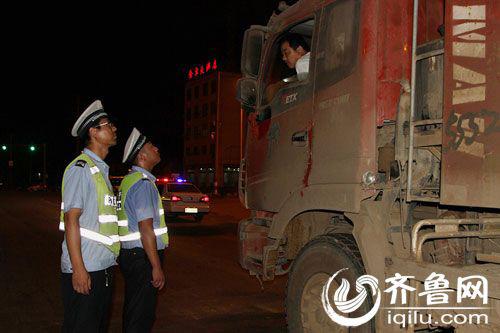日照岚山夜查货车交通违法-俩小时查扣21辆大货车