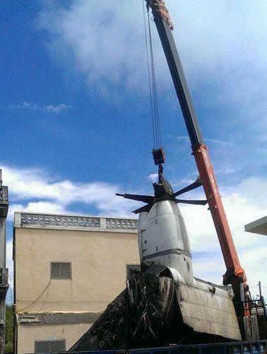 台湾空难第三天 飞机主翼发动机被吊走(图)