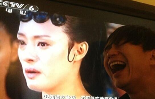 25日,邓超在微博发出一组照片,图片中他看到电视中自己老婆孙俪正哭的