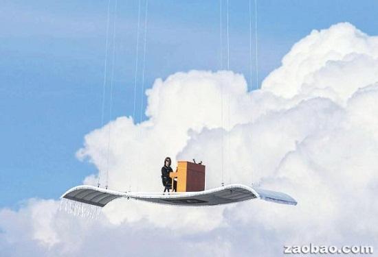 图为正在空中飞毯上演奏的德国摇滚钢琴家斯特凡・阿龙。
